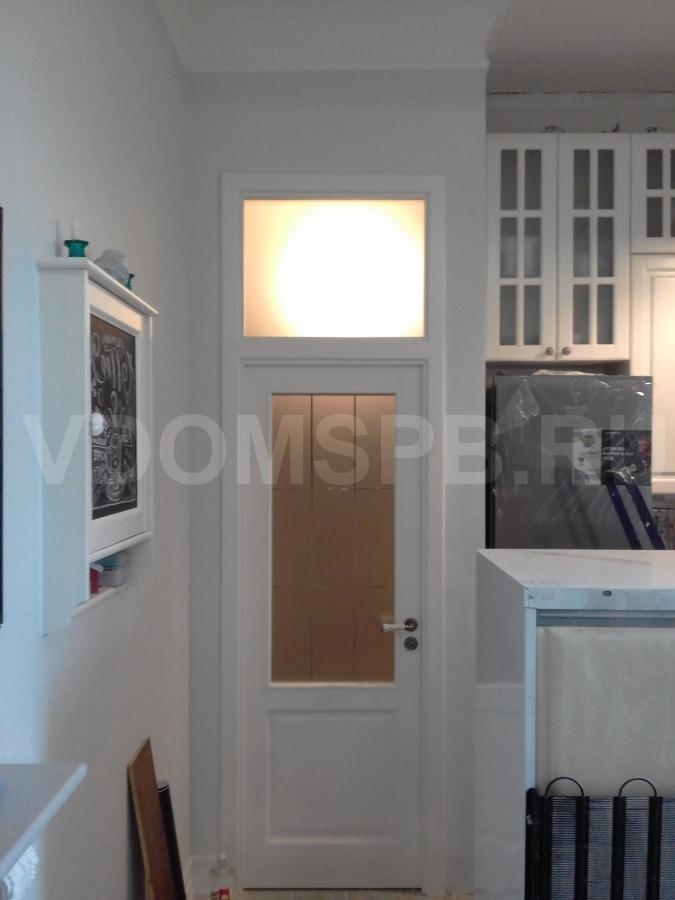 Дверь из массива сосны под белой эмалью с фрамугой