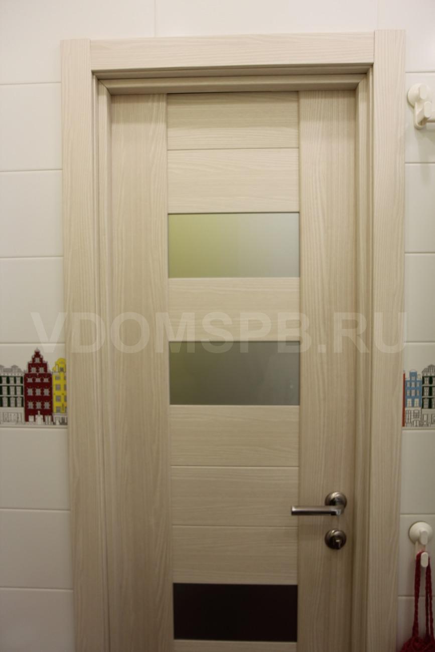 Дверь с покрытием из экошпона установленная в ванную комнату