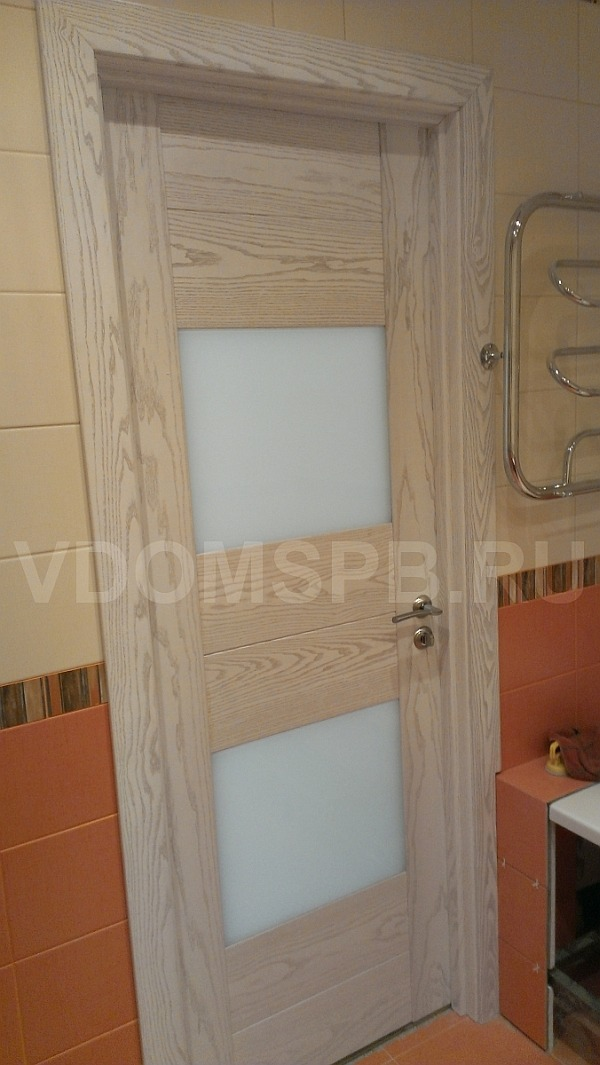 Шпонированная дверь в ванной комнате