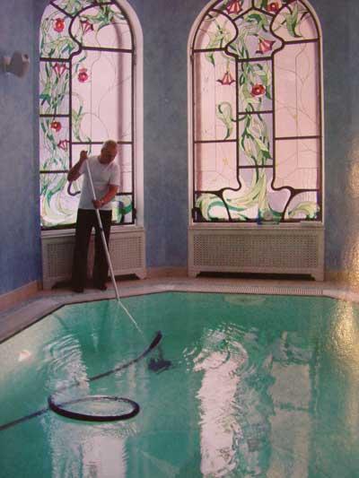 Обслуживание бассейна в доме