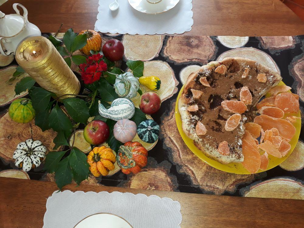 Сервировка стола. Декоративная дорожка с тыквами и яблоками