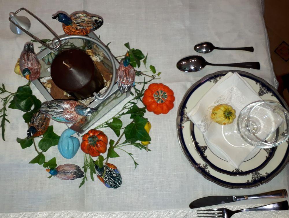 Сервировка стола. Композиция со свечой, декоративными утками и тыквами