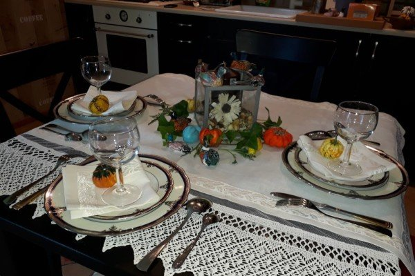 Сервировка стола. Тыквы на тарелках