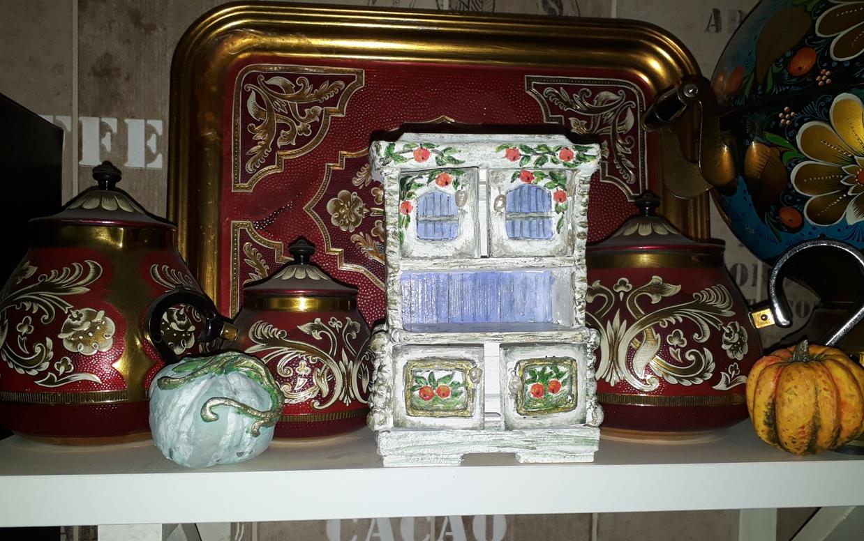 Красочные арт-объекты в кухонном интерьере