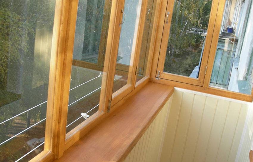Распашные деревянные окна для балкона