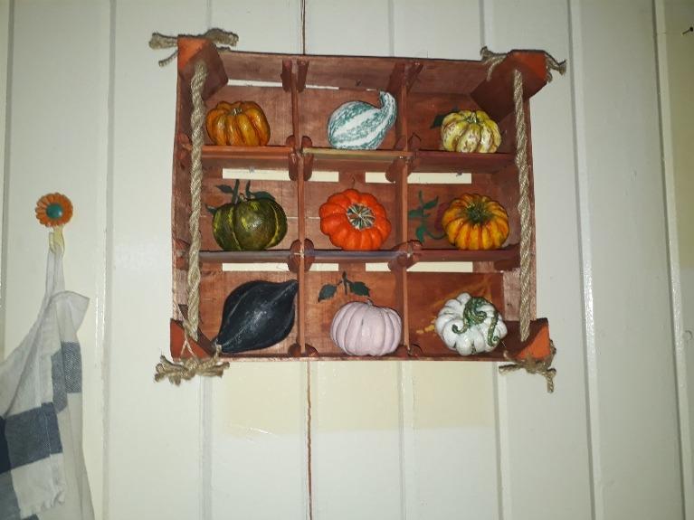 Фото 3. Оригинальное декорирование пустой стены на кухне