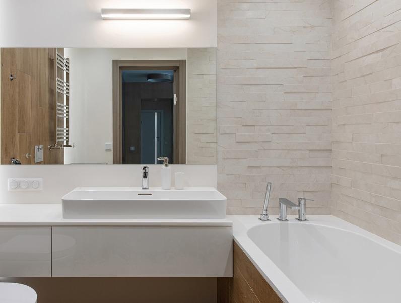 Интерьер 2019 ванной комнаты с элементами минимализма и эко-стиля