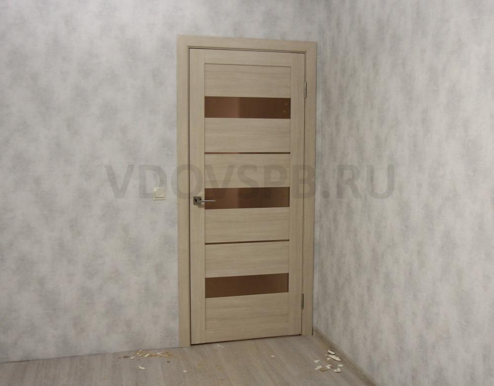 Царговая межкомнатная дверь со вставками из бронзового стекла и отделкой из полипропиленовой плёнки