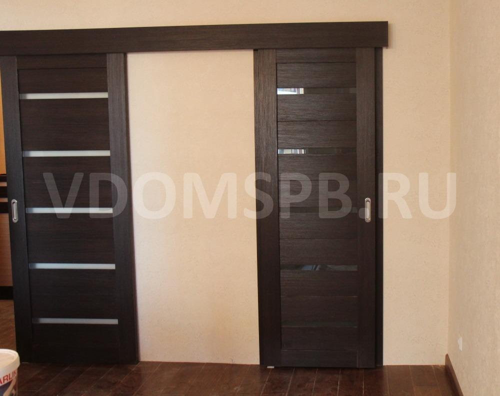 Царговые двери с покрытием из экошпона установленные на раздвижной механизм