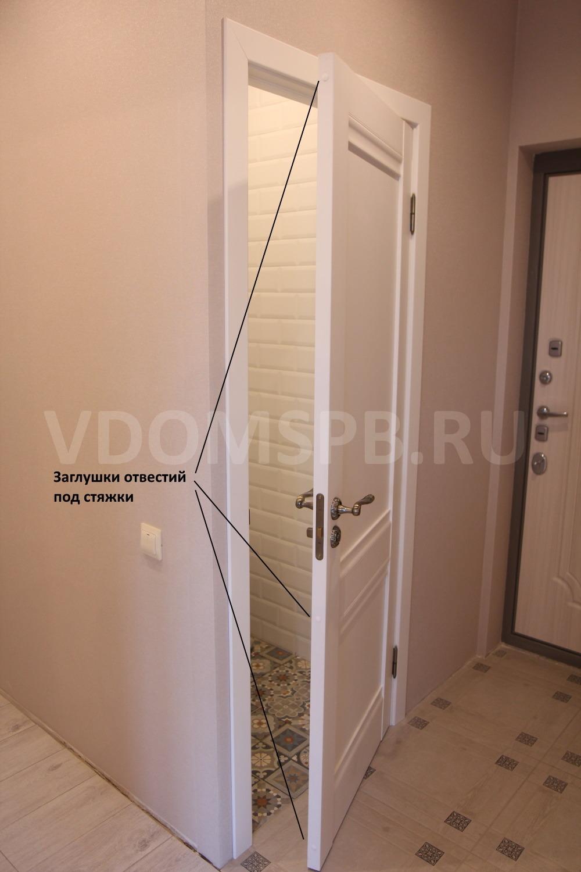 Торец дверного полотна с заглушками в местах крепления стяжек