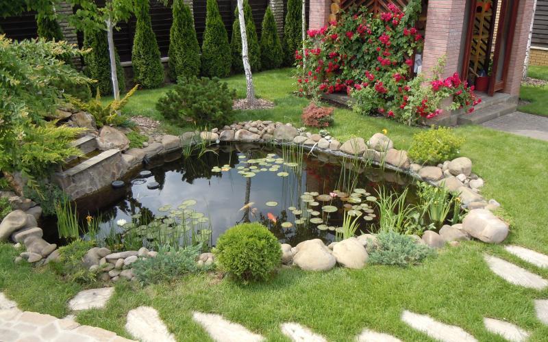 Садовый пруд из пластиковой формы